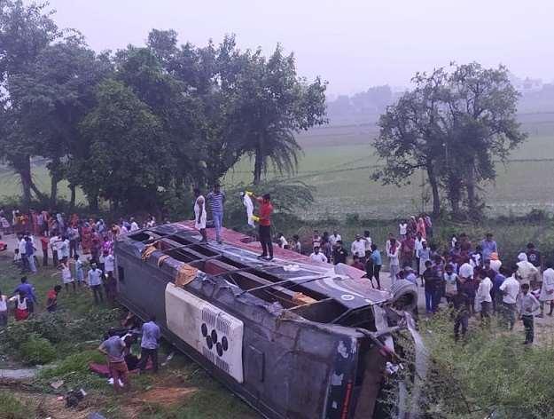 बस-कार की टक्कर में पांच की मौत, लखनऊ-आगरा एक्सप्रेस वे भीषण सड़क हादसे में छह की मौत, 40 यात्री घायल
