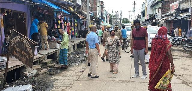 Shravasti News : डीएम ने लिया कंटेनमेंट क्षेत्र का जायजा