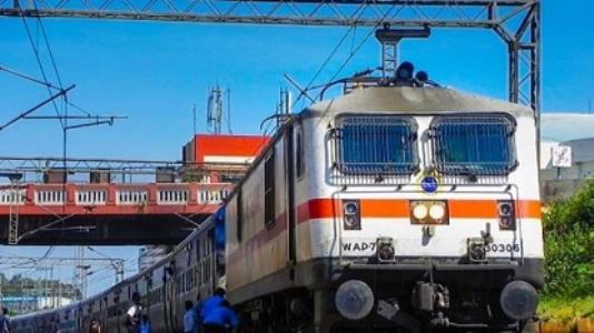 Railway : लखनऊ होकर मुम्बई जाने वाली ट्रेनों में यात्रियों की भीड़, अतिरिक्त ट्रेनों के संचालन की तैयारी