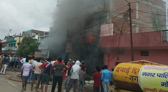 Gonda News : साड़ी के शोरूम में लगी भीषण आग, भारी नुकसान