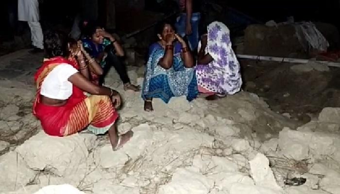 भगदड़ में महिला के घर के दीवार गिरी, दो की मौत