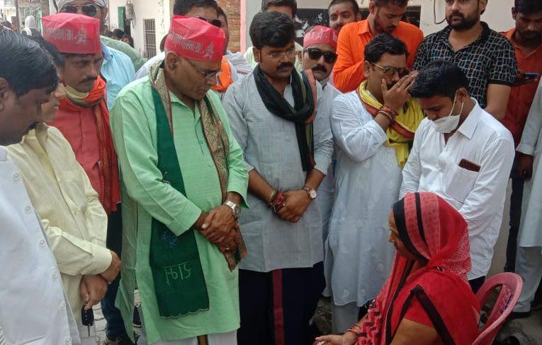 बिकरु कांड : खुशी के परिजनों से मिले ब्राह्मण महासभा के अध्यक्ष, योगी सरकार पर ब्राह्मण विरोधी का लगाया आरोप