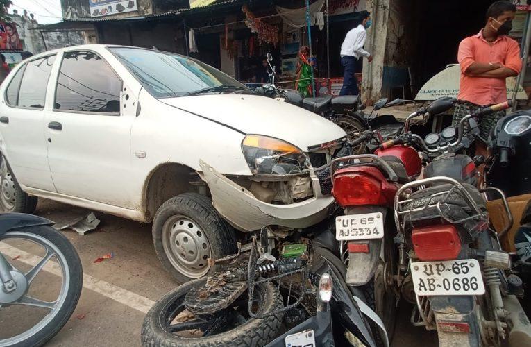 खड़ी कार में मिनी बस ने मारी टक्कर, कार चढ़ गई कई बाइकों पर, बड़ा हादसा टला