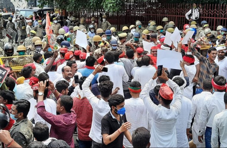 सरकार के खिलाफ सपाइयों ने किया प्रदर्शन, पथराव, पुलिस ने भांजी लाठी