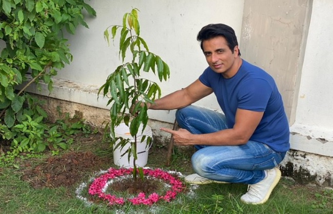 सोनू सूद ने ग्रीन इंडिया चैलेंज में लिया भाग, रामोजी फिल्म सिटी में लगाए पौधे