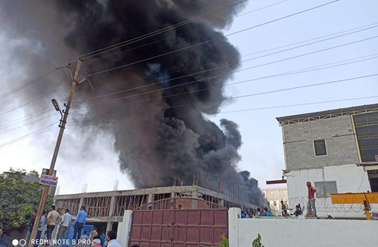 नोएडा: मोबाइल के पार्ट्स बनाने वाली कंपनी में लगी भीषण आग