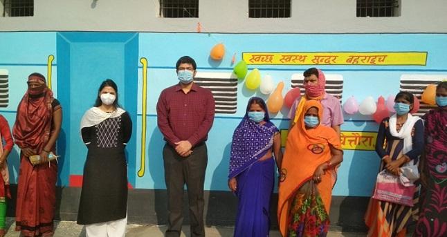 Bahraich News:डीएम ने किया सामुदायिक शौचालय का उद्घाटन