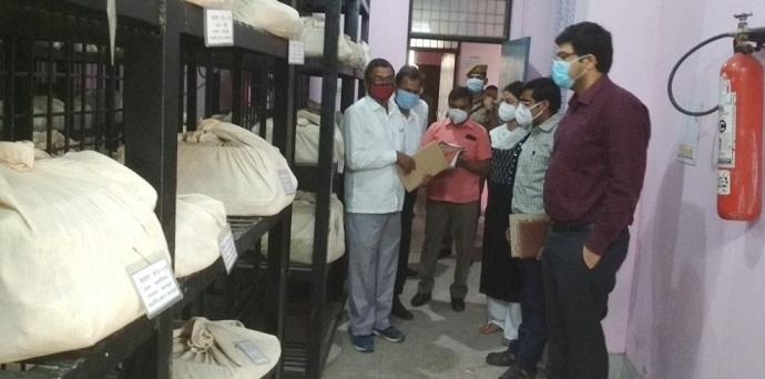 Gonda News:डीएम ने किया तहसील सदर का निरीक्षण