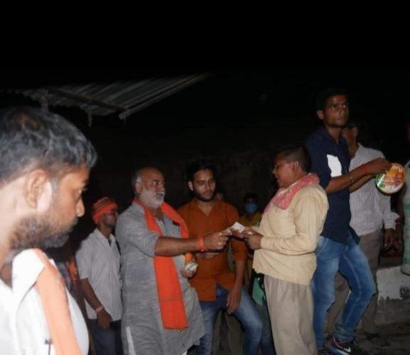 UP News : बीजेपी प्रत्याशी की ओर से पैसा बांटने का फोटो वायरल
