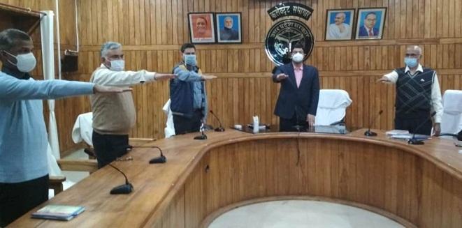 Bahraich News:डीएम ने दिलायी संविधान दिवस की शपथ