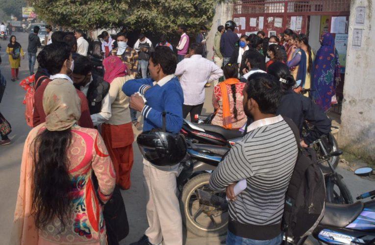 UP News :बिना मास्क परीक्षा देने पहुंचे परीक्षार्थियों को बैरंग लौटाया