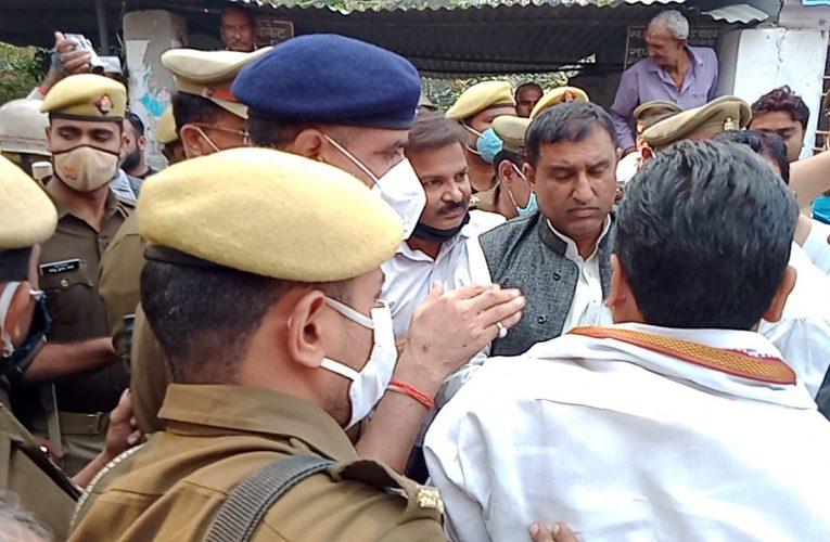 UP News : सपा जिलाध्यक्ष को न्यायालय में पेश करने पहुंची पुलिस से अधिवक्ताओं ने धक्का मुक्की कर छुड़ाया