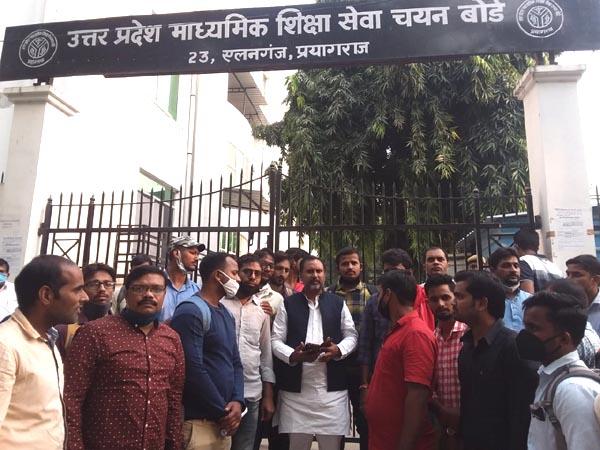 UP News :जीव विज्ञान व बीपीएड को लेकर अधिकारियों से मिले सपा नेता