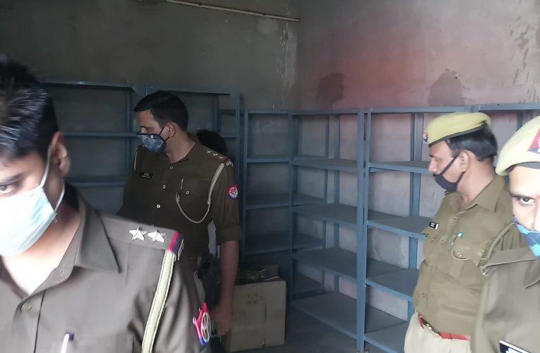 UP News : पटाखों के साथ पुलिस ने पकड़ी टॉयलेट क्लीनर की अवैध फैक्टरी