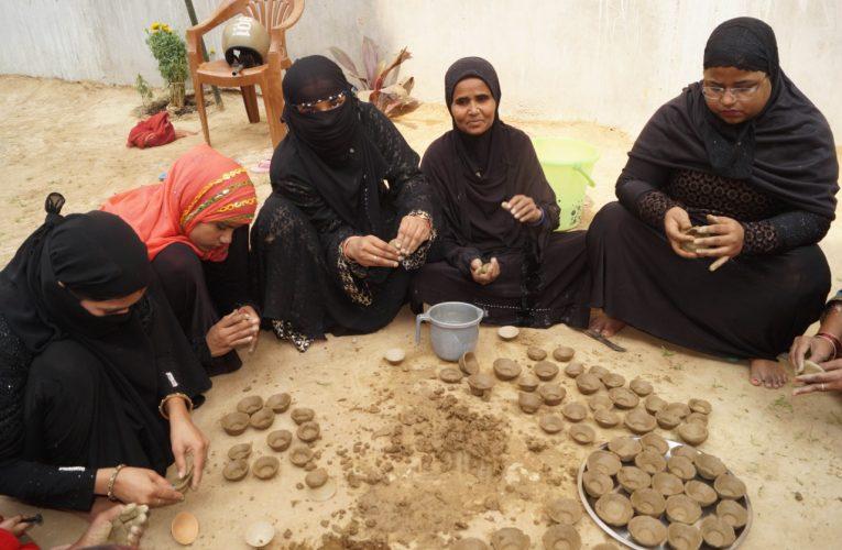 """UP News : दीवाली पर """"रामदीपक"""" घरों में बिखेरेंगे रोशनी, मुस्लिम महिलाओं ने प्यार से बनाया"""