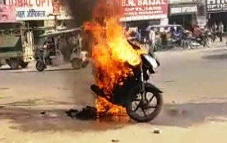 UP News : साइबर सेल में कार्यरत कर्मचारी की मोटरसाइकिल में लगी आग, मुकदमा दर्ज