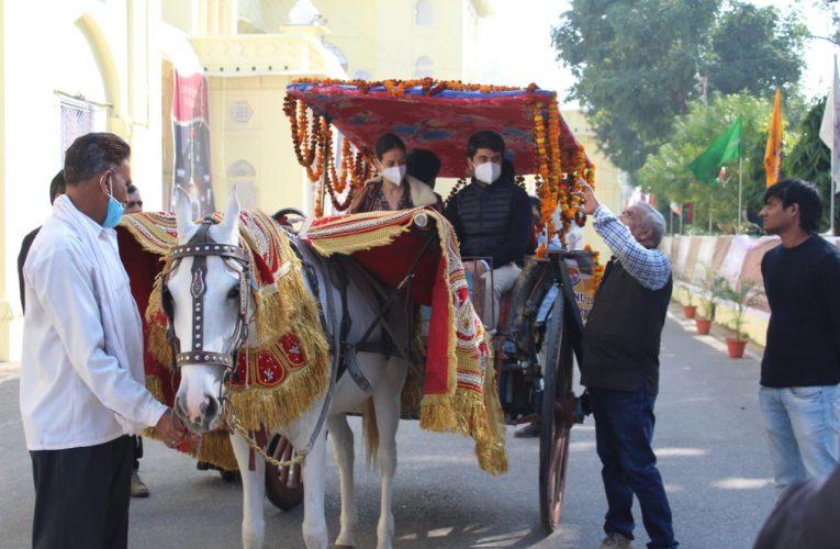 शताब्दी समारोह : स्पेन के दो पर्यटकों ने तांगे की सवारी कर देखा लखनऊ विवि का कैंपस