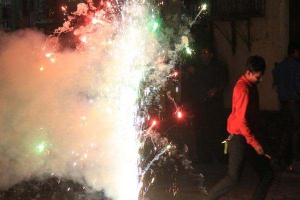 UP News : दीपावली पर अधिक आतिशबाजी से बचे, नहीं तो बढ़ जायेगा कोरोना का ग्राफ