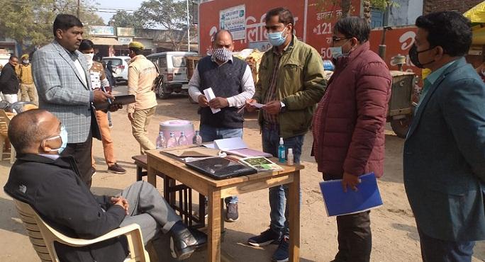 Balrampur News:मंडलायुक्त ने किया गन्ना क्रय केंद्र का निरीक्षण, किसानों से की बातचीत