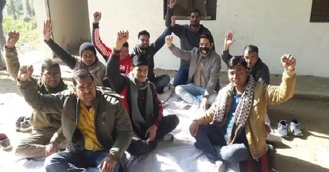 Shravasti News:जेई के खिलाफ कार्रवाई की मांग को लेकर धरना