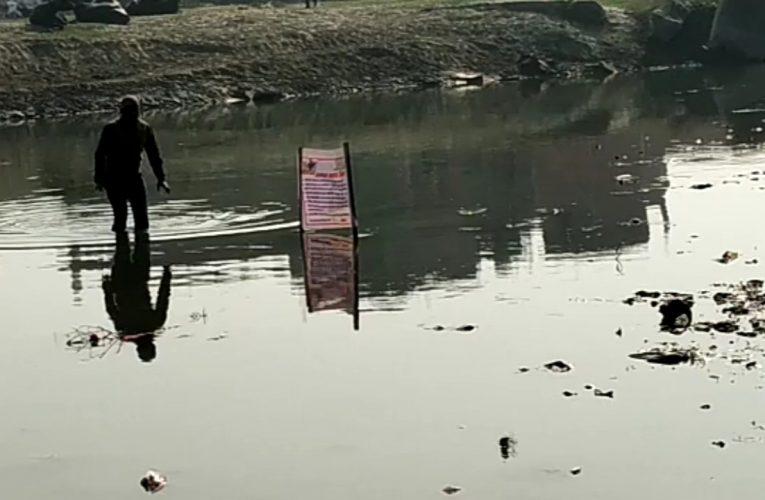 UP News : मुस्लिम समाजसेवी ने नदियों की साफ-सफाई को लेकर छेड़ी मुहिम, खन्नौत नदी में खड़े होकर किया प्रदर्शन