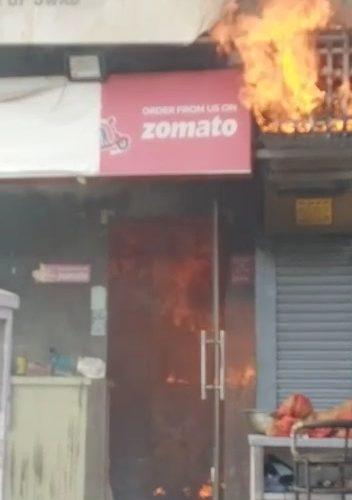 मेरठ में भीषण आग में जलकर रेस्टोरेंट खाक