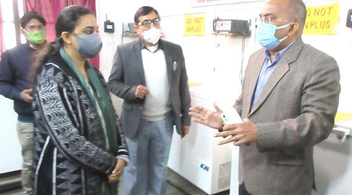 Balrampur News:मंडलायुक्त ने किया कोविड टीकाकरण स्थल का निरीक्षण