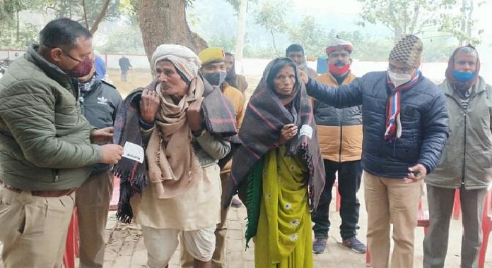 Ayodhya News:ठण्ड में कांप रहे फरियादी को एसओ ने ओढ़ाया कम्बल