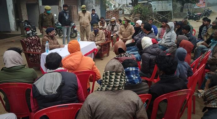 Balrampur News:एएसपी ने लगाई ग्रामीण क्षेत्रों में चौपाल