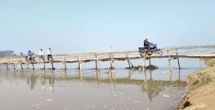 Bahraich News:ग्रामीणों ने बना डाला 50 मीटर लम्बा पुल