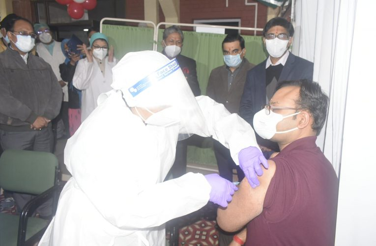 Kanpur News : आलाधिकारियों की मौजूदगी में छह दिन बार फिर शुरु हुआ कोरोना वैक्सीनेशन