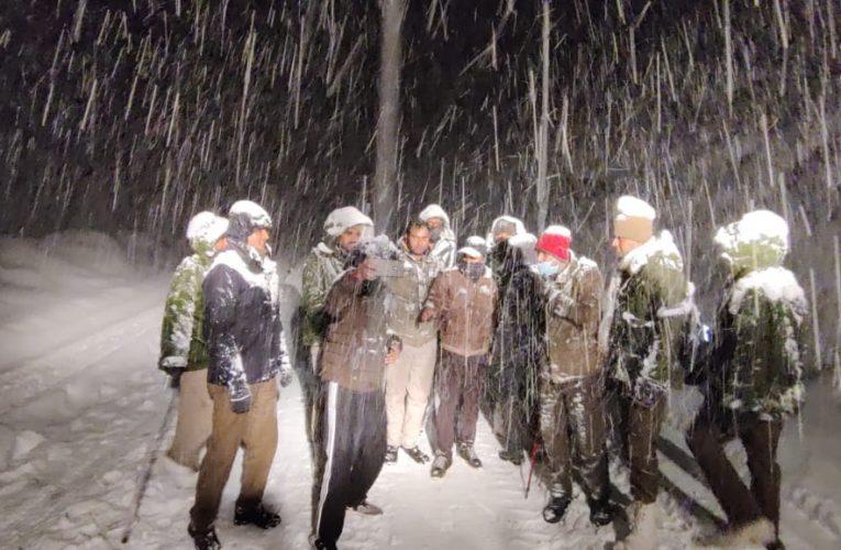 हिमाचल प्रदेशः बर्फबारी में फंसे 300 लोगों को पुलिस ने किया रेस्क्यू