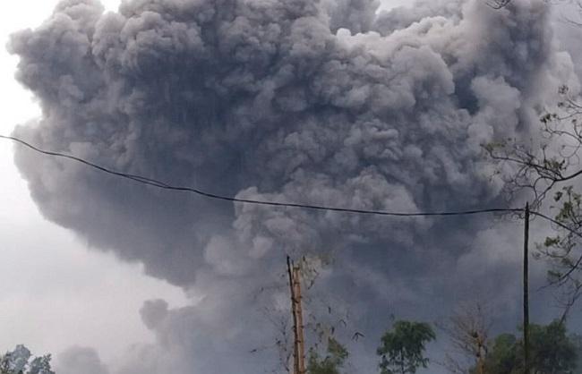 International :इंडोनेशियाई सेमेरु ज्वालामुखी में विस्फोट, चारो तरफ राख और धुंए का गुबार