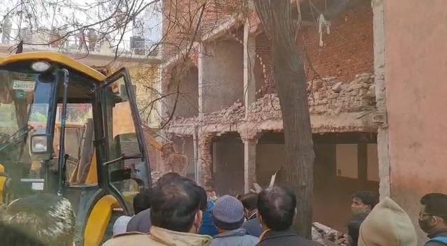 योगीराज में ढाई लाख के इनामी बद्दो की कोठी पर चला बुलडोजर