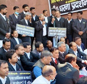 Lucknow News : अवध बार एसोसिएशन ने प्रदर्शन कर उठायी क्षेत्राधिकार बढ़ाने की मांग