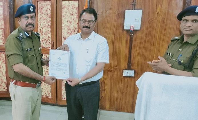 Gonda News:बेहतर प्रदर्शन के लिए DGC बसंत शुक्ला को IG ने किया सम्मानित