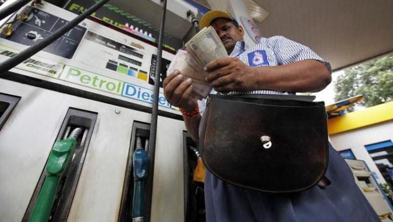 व्यापार : पेट्रोल 18 पैसे और डीजल 17 पैसे प्रति लीटर हुआ सस्ता