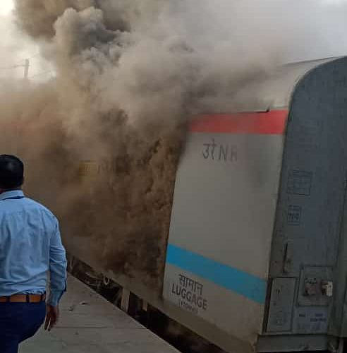 शताब्दी एक्सप्रेस की पार्सल बोगी में आग, यात्री बाल-बाल बचे