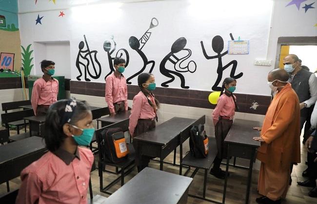 मुख्यमंत्री योगी ने प्राथमिक विद्यालय, नरही का किया आकस्मिक निरीक्षण