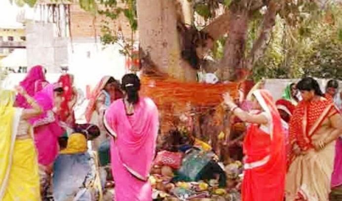 Gonda News:सोमवती अमावस्या पर महिलाओं ने किया पूजा अर्चना