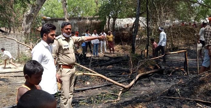 Gonda News:बांस के कोठी में अचानक लगी आग