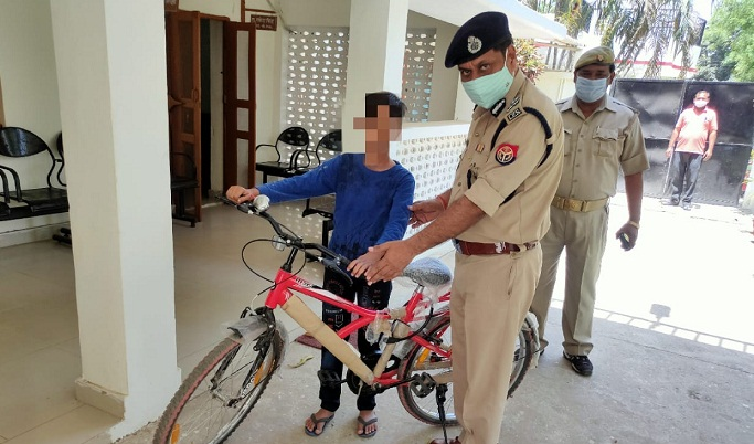 Gonda News:आइजी ने छात्र को उपहार में प्रदान की साइकिल