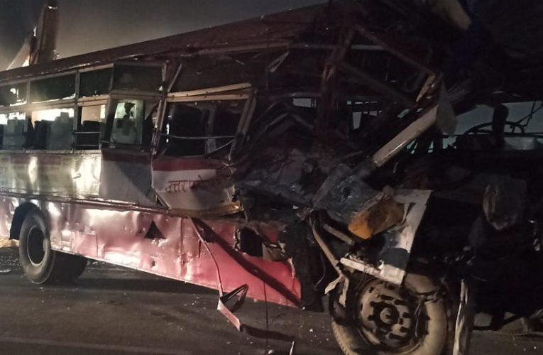 दो बसों की आमने सामने टक्कर में तीन की मौत, कई घायल