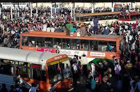 दिल्ली लॉकडाउन के बाद  लखनऊ पहुंचे हजारों प्रवासी मजदूर, बसों के लिए मारामारी