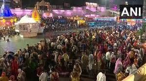 हरिद्वार कुंभ: शाही स्नान में संतों ने लगाई गंगा में आस्था की डुबकी, कोरोना कहर के बीच बड़ी तादाद में उमड़े श्रद्धालु