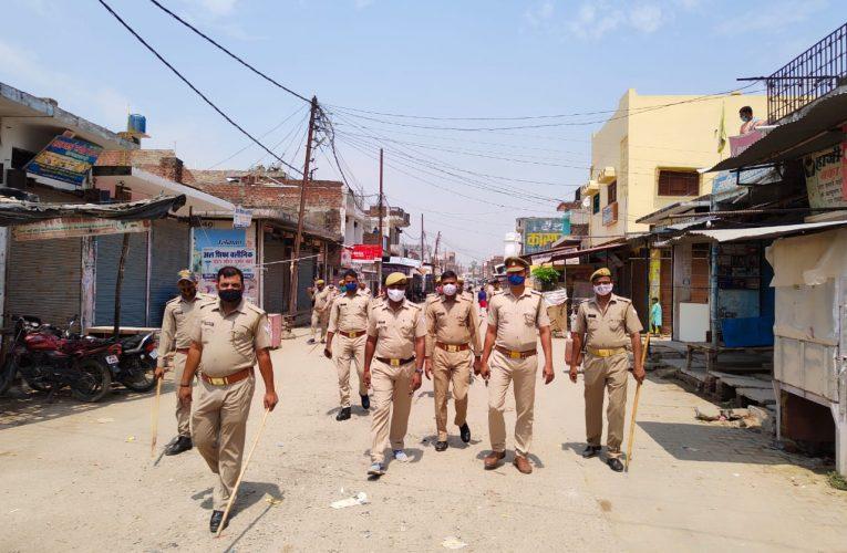 लॉकडाउन का पालन करवाने को लेकर इटियाथोक कस्बे में पुलिस ने किया फ्लैग मार्च