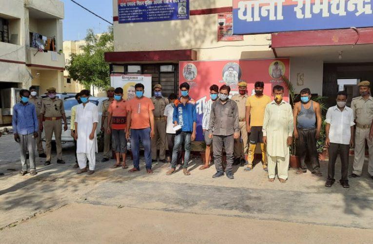 शाहजहांपुर में पुलिस ने 13 जुआरियों को गिरफ्तार किया