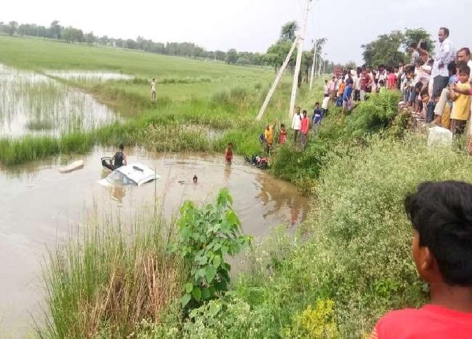 Balrampur News:बाइक से टकराकर पानी भरे गड्ढे में गिरी कार, छह की मौत