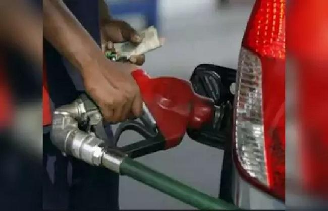 व्यापार : 2021 में 52वीं बार बढ़ी पेट्रोल और डीजल की कीमतें, दिल्ली में करीब 13 रुपये महंगा हुआ पेट्रोल