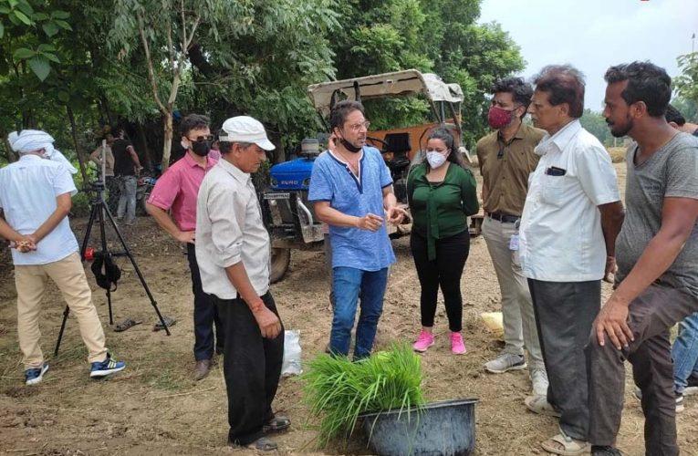 बस्ती : चार दिवसीय भ्रमण के अंतिम दिन अधिकारियों नें कालानमक धान के रोपाई का दिया टिप्स